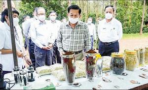 軍服姿やめて視察・少数民族も接種…ミャンマー軍「軟化」演出、市民弾圧は止まらず