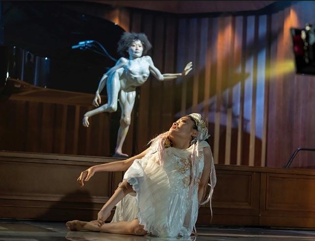 画面狭しと跳び回る、義足ダンサーにドラァグクイーン…「魅せ者」たちの摩訶不思議な世界へようこそ!