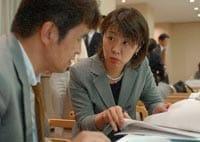 抗がん剤について専門家から取材する本田麻由美記者(右)(東京都内で)