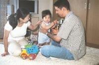 今月1歳になった長男を囲む権嵯さん夫婦(横浜市の自宅で)
