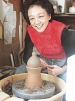 陶芸教室も再開、すっかり日常生活に復帰した川上きのぶさん(東京都あきる野市の自宅で)