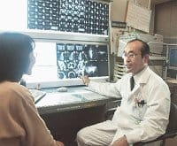 様々な画像診断写真を示し、患者に治療方針を説明する芝さん(大阪市福島区の大阪厚生年金病院で)