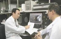 再建手術について話し合う玉木さん(左)と矢野さん(大阪府吹田市の大阪大病院で)