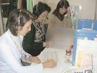 メノポーズを考える会の電話相談。ホルモン補充療法などに関する質問が寄せられている(東京・四谷で)