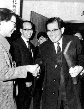 羽田空港で妻の静子さんに迎えられる日野原さん(1970年4月3日)