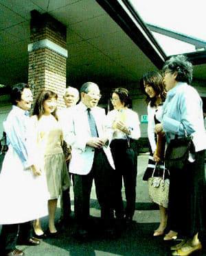 「ピースハウス」前で「偲ぶ会」の出席者と談笑する日野原(2007年5月13日)