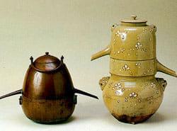 ランビキ(蘭引) 左:金属製 ヨーロッパで製造されたもの。 右:陶器製 江戸時代の日本で仕組みを模して製造。 使い方は、三段式の下部の容器に蒸留する液体を入れた後、火にかけて液体を蒸発させます。一度蒸発した液体が中段部で冷やされることで水滴となって、支枝から外へと運ばれます。上段部の容器は冷却するための冷水を入れることができるようになっていて、冷却水が温まったらときどき交換します。