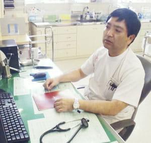電磁波の影響を自ら体験したと語る新城哲治さん(沖縄県糸満市の西崎病院で)