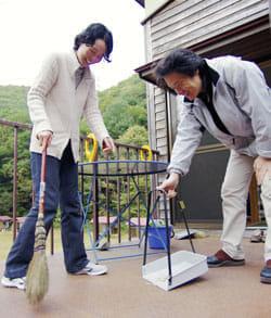 すっかり元気になった古村美樹さん(左)と池谷純仁さん(福島県南会津町のあらかい健康キャンプ村で)