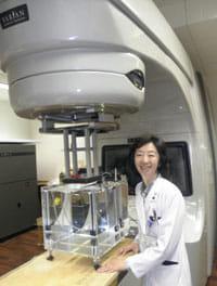 寡分割照射を最新の放射線機器で実施している唐沢さん(千葉市の重粒子医科学センター病院で)