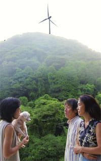風車の影響について話す沼田さん(右から2番目)ら(静岡県南伊豆町で)