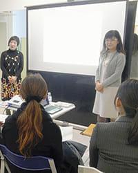銀座のクリニック内で勉強会を開く「マンマチアー委員会」の増田美加さん(右)と山崎多賀子さん(左)=小林武仁撮影