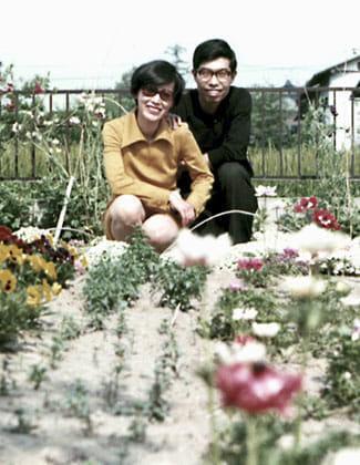 藤間病院での新婚時代。昭子さんが丹精込めた自宅の花壇で(埼玉県熊谷市)