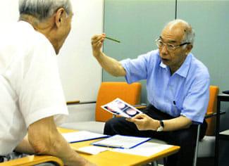 垣添さん(右)は毎月がん相談のボランティア活動を続けている(東京・日本対がん協会で)