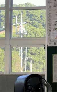 太宰府市の小学校の教室から見える携帯電話基地局のアンテナ(近藤加代子さん提供)