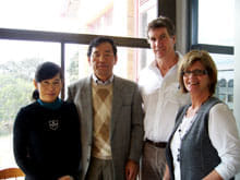メルボルン(オーストラリア)にあるカリタス•クリスティン•ホスピス病院にて(右から看護師、担当医師、筆者ら)。