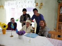 訪問したスウェーデンのグループホーム(後列左が筆者、右がタークマン医師、前列左が職員、中央は96歳の誕生日を迎えた入所者、右は入所者の娘)