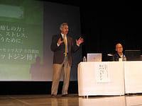 ワークショップの数日前に開かれたマインドフルネスフォーラム2012のシンポジウム。ジョン・カバットジン博士が身ぶり手ぶりを交えて講演しました(東京都千代田区の一ツ橋ホールで)