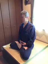 部屋の畳ベッドの上で静坐瞑想する私。この足の組み方(結跏趺坐)だと足がしびれるので、組まないことが多いです(顔がおじいさんみたいだったのでモザイクかけました)。