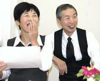 認知症カフェで、参加者と談笑する山本きみ子さん(左)と夫の雅英さん(富山市で)