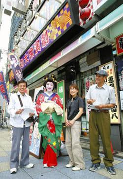 座長の橘大五郎さん(左から2人目)を囲んで感想を伝える(右から)杉本さん、高山さん、深谷さん(左端、大阪市浪速区の朝日劇場前で)=川崎公太撮影