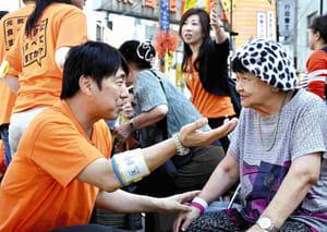 低栄養の予防を呼びかける東口教授(左、東京・巣鴨で)