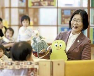 「ことりの家保育園」で子供をあやす山本さん。園は東北大病院の近くに移設された(仙台市で)=冨田大介撮影