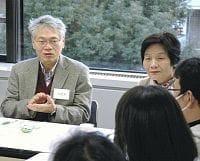 介護家族らの悩みや相談に助言する「認知症サポート医」の久次米健市さん(左)(神戸市中央区で)