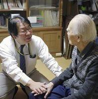 認知症高齢者の自宅を訪問し、話を聞きながら診療する新田医師(左)(東京都国立市内で)