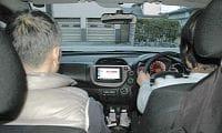富山市の認知症の男性(左)は妻の運転する車で外出するようになった(富山市で)