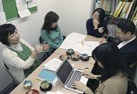介護者アンケートについて議論する佐渡医師(右手前から2人目)や牧野さん(左)ら(東京都新宿区内で)