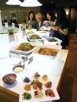 「低カロリーバイキング悦」ホテル大阪ベイタワー店で。9つに区切られた専用のお皿に彩りよく盛り、ご飯とみそ汁を付けると500~600キロ・カロリーになる