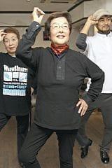 「痩せるとか目に見えた効果はないのよ。でも音楽に合わせて踊るのは楽しいわ」と戸田さん(東京都豊島区のダンススタジオ「RHYTHM SPEAKER」で)=本間光太郎撮影