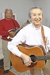 バンド仲間と練習する東さん(左から2人目)。「5月のライブに向け、新曲をマスターしたい」(神奈川県鎌倉市で)=本間光太郎撮影