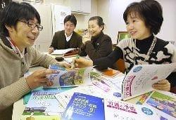 正森さん(左手前)、山本さん(左から2人目)に介護保険の使い方を学ぶ(右から)国村さんと濱野さん(大阪府吹田市で)