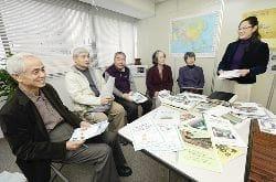開発途上地域の暮らしに触れる旅の意義について、ツアーコーディネーターの熱田さん(右端)と経験者らから学ぶ(左から)川戸さんと川野原敏夫さん(大阪市西区で)