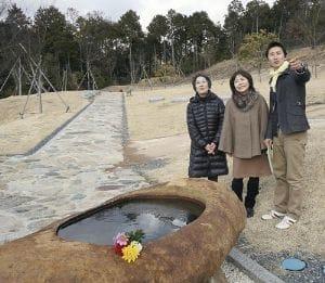 山崎さん(右)から桜葬の説明を受けて、「心地よい公園みたいね」と話し合う(左から)中井さんと堀さん(大阪府高槻市原で)