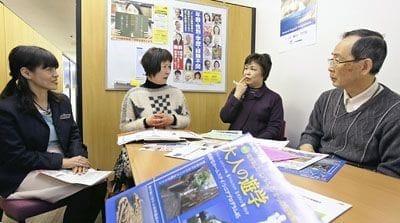 シニア留学の魅力などを山本さん(左端)と豊田さん(左から2人目)に聞く(右から)太田さんと菅田さん(大阪市北区で)
