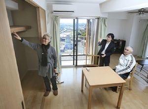米沢さん(中央)の案内で、部屋を見学する菅谷さん(左)と佐藤さん(神戸市西区で)