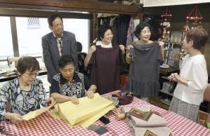 和服をリフォームする利用者らと歓談する(後列左から)商さん、今村さん、山本さん(大阪府豊中市のシルバーデイハウスあさひで)=伊東広路撮影