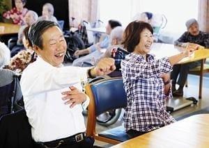 口腔体操を体験する田辺さん(左)と杉山さん(大阪府八尾市の特別養護老人ホーム「成法苑」で)=原田拓未撮影