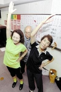 北村さん(中央)の指導の下、操体に挑戦する村木さん(左)と中川さん(17日、奈良市で)
