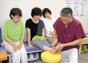乾さん(右端)の指導を受ける(左から)東城さん、小森さん、村山さん(大阪府門真市の北大阪バランス研究所で)=奥村宗洋撮影